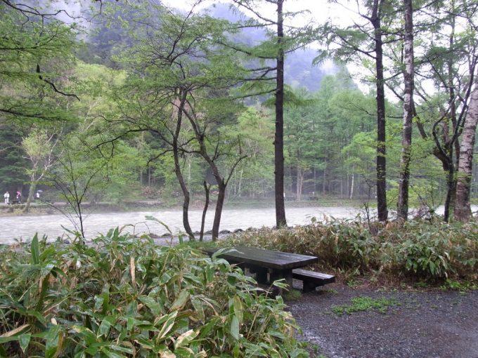 初夏の上高地雨上がり幻想的な川霧