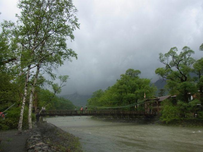 初夏の雨の上高地上流より河童橋を望む