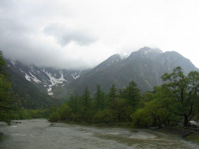 初夏の雨の上高地幻想的な眺め