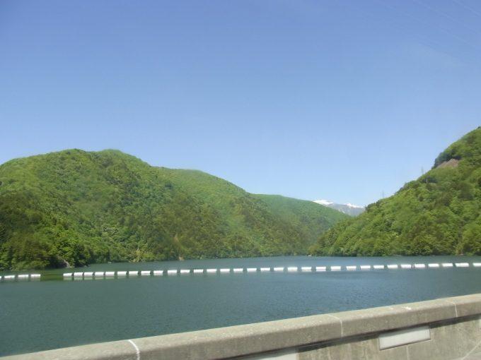 アルピコ交通車窓から眺める初夏の梓湖