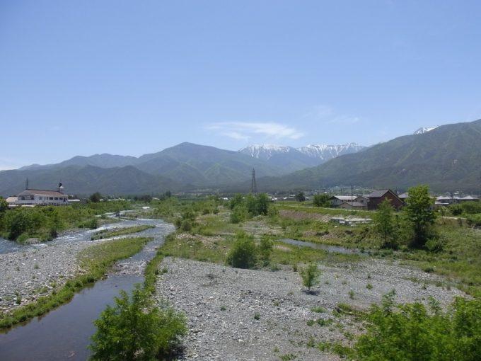 初夏の晴天と信州の山並み