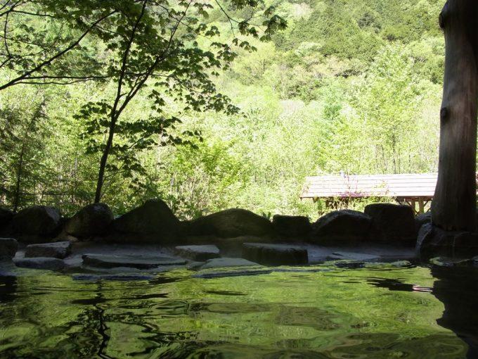信州秘湯中房温泉新緑色に染まる白滝の湯