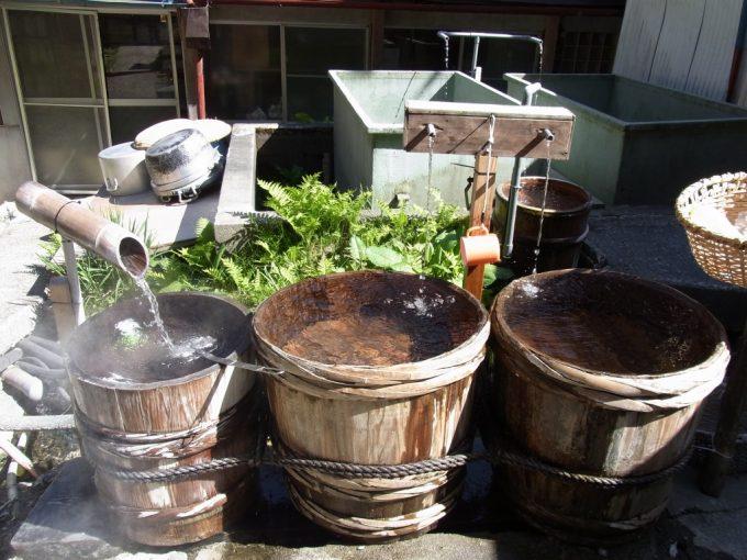 信州秘湯中房温泉中庭の飲泉所と湧水