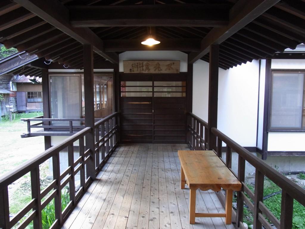 信州秘湯中房温泉不老泉への渡り廊下