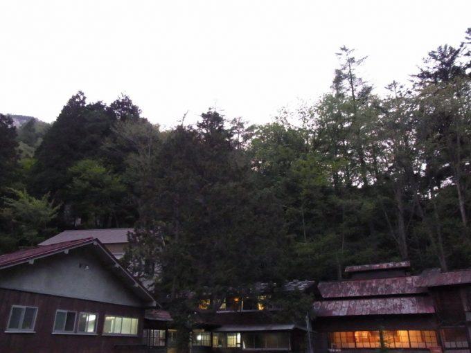 信州秘湯中房温泉暮れかけの空と渋い建物