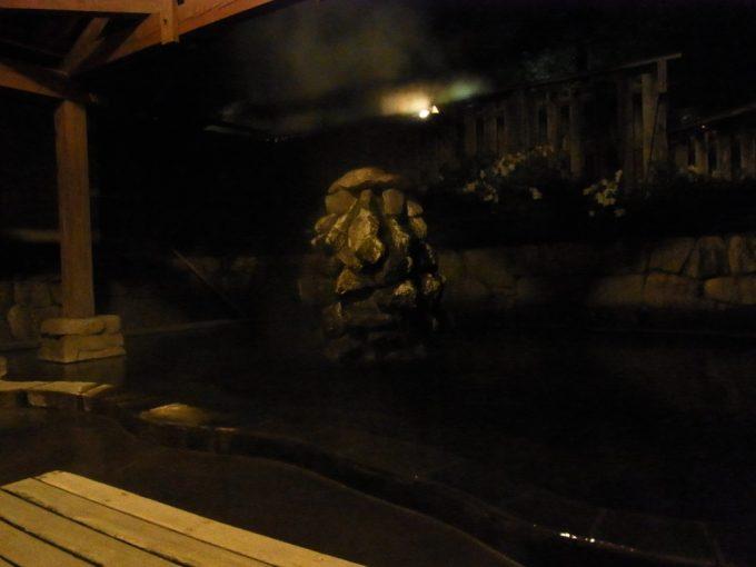 信州秘湯中房温泉夜の岩風呂