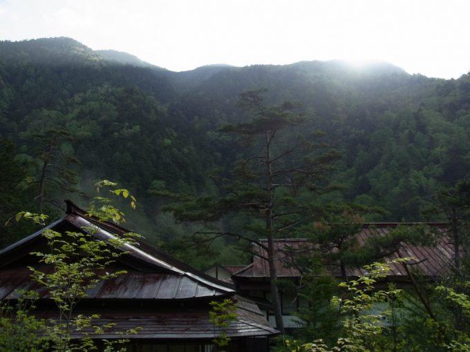 秘湯中房温泉巨大な一軒宿を照らす朝日