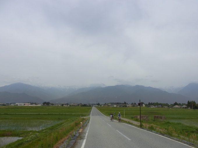 安曇野サイクリング田んぼの中の一本道