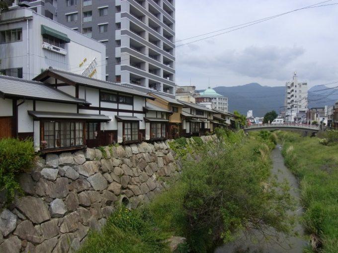 松本川沿いに並ぶ渋い街並み
