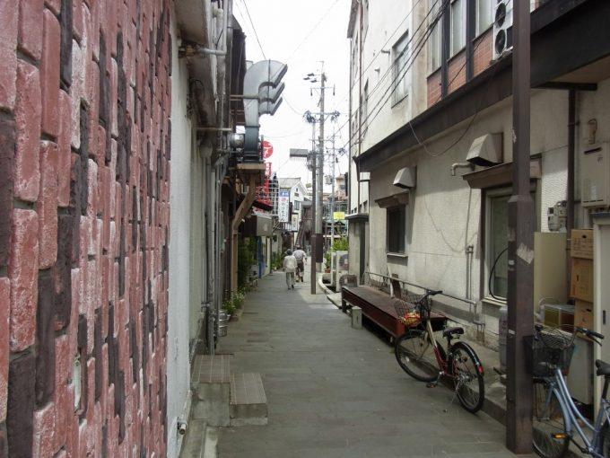 松本縄手通りからのびる怪しげな路地