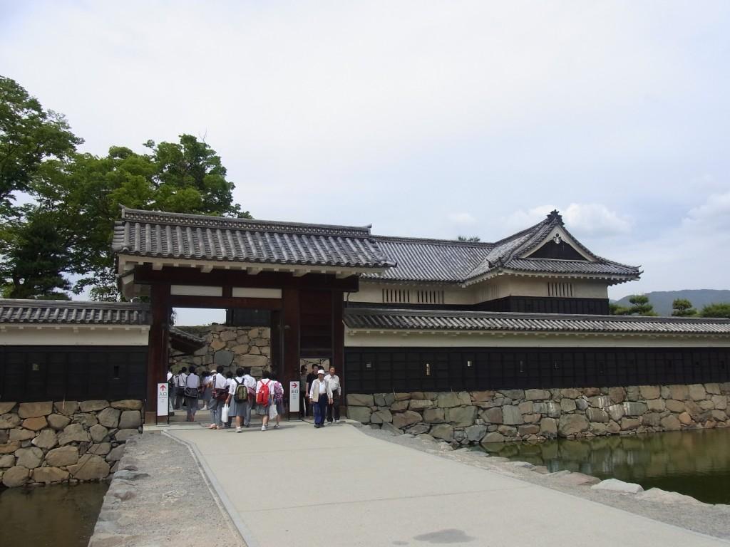 門をくぐり国宝松本城へ