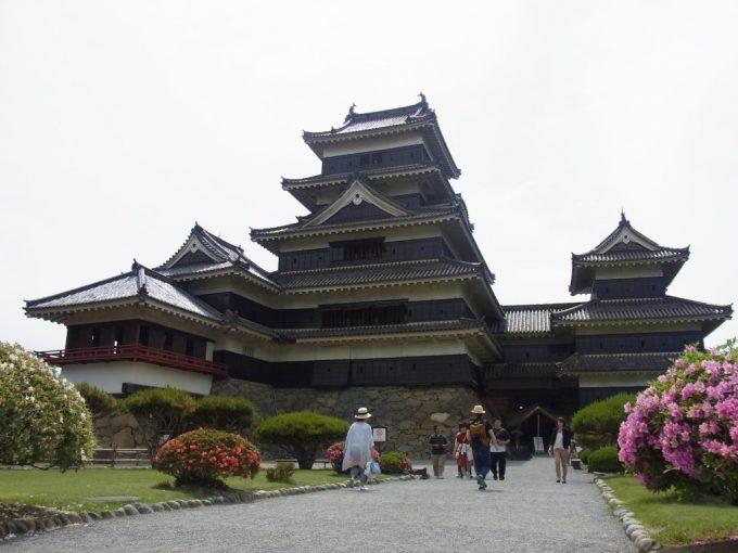 白と黒の対比が美しい現存十二天守国宝松本城