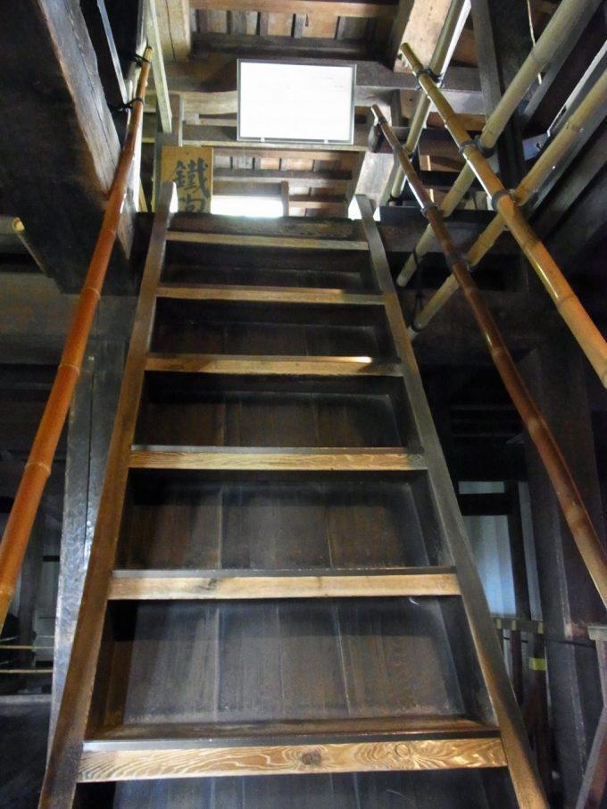 現存十二天守国宝松本城の急な階段