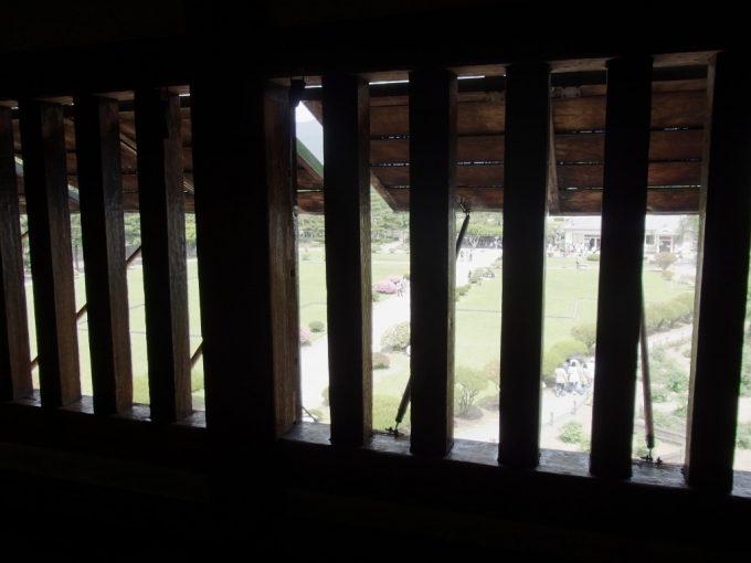 現存十二天守国宝松本城格子窓より外を望む