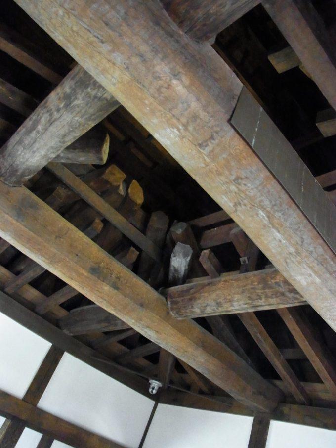 現存十二天守国宝松本城屋根裏荒々しい木組み