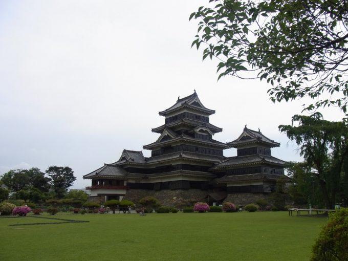 青い芝生と現存十二天守国宝松本城