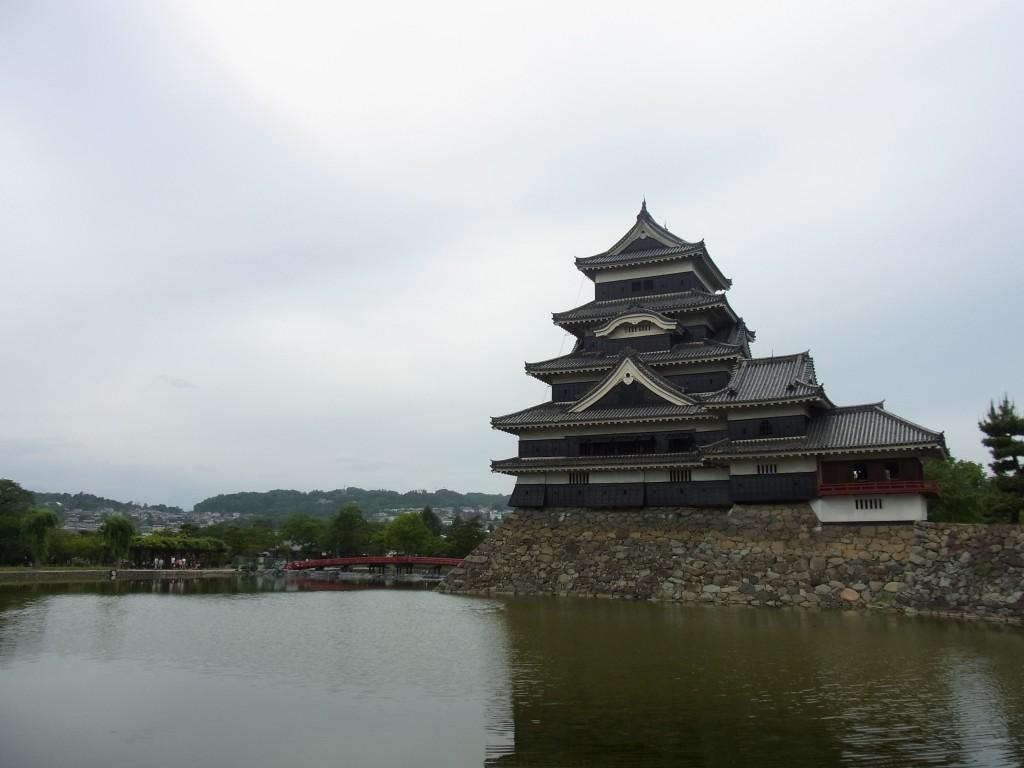 お堀端から望む松本城