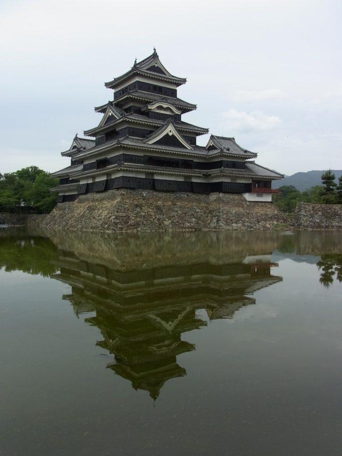 お堀に映る逆さ松本城