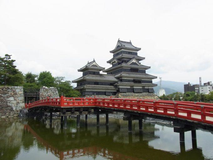 国宝松本城と赤い橋