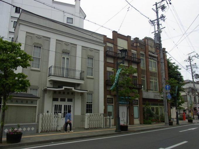 年代の違う建物が並ぶ松本の街