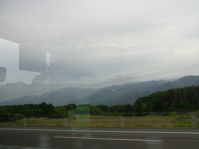 中央高速バスから眺める曇天の南アルプス