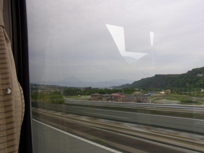 中央高速バスから眺める曇天の富士山