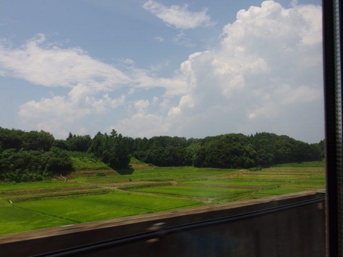 東北新幹線車窓を彩る東北の夏
