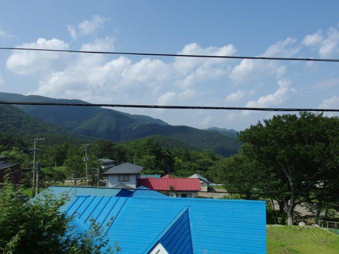 青根温泉岡崎旅館客室から望む夏の山