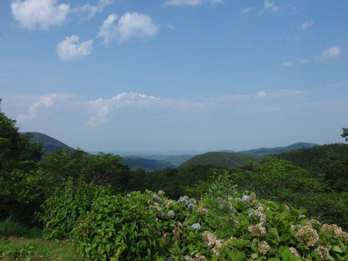 宮城の山並み夏の青空緑の山