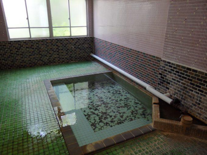 青根温泉岡崎旅館タイル張りがレトロな貸切風呂