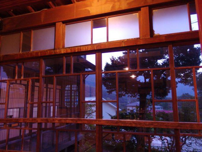 青根温泉岡崎旅館暮れなずむ日本家屋の温かみ