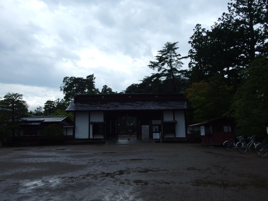 雨の毛越寺