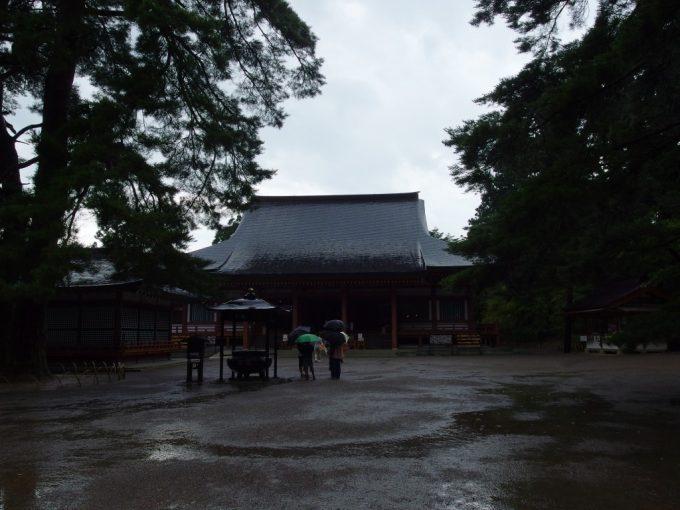 雨の毛越寺本堂