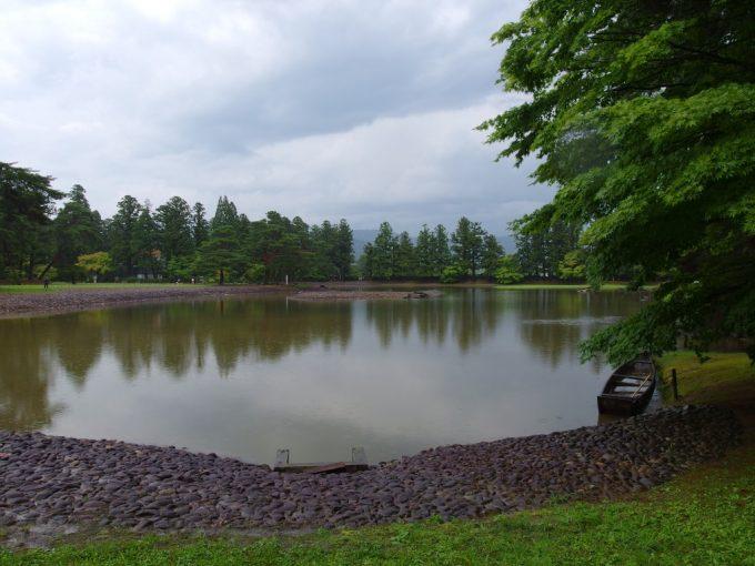 曇り空夏の毛越寺大泉ヶ池