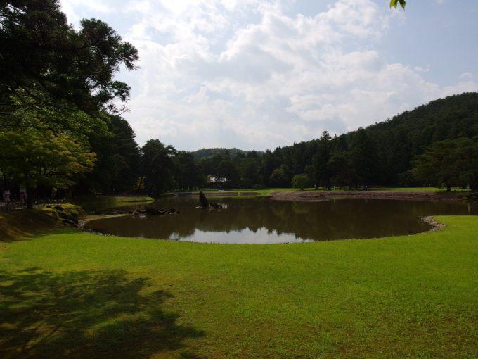 夏の毛越寺濃い芝生と青空