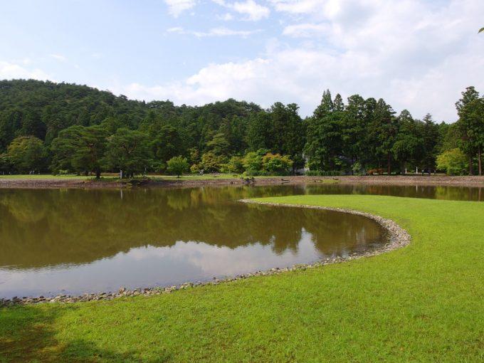 夏の毛越寺大泉ヶ池鮮やかな芝生の緑