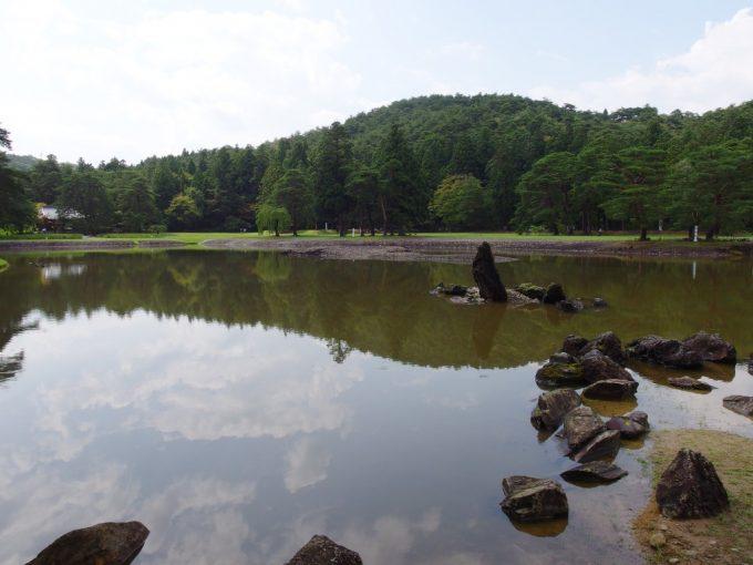 夏の毛越寺雨上がりの夏空を映す大泉ヶ池