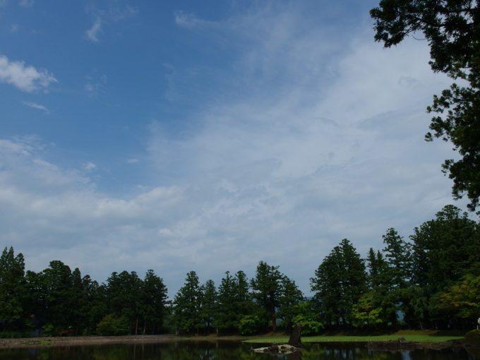 雨上がり夏の青空毛越寺大泉ヶ池