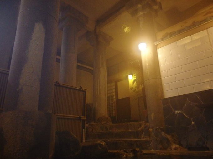 花巻台温泉中嶋旅館地下神殿のような雰囲気に包まれる瑞岩乃湯