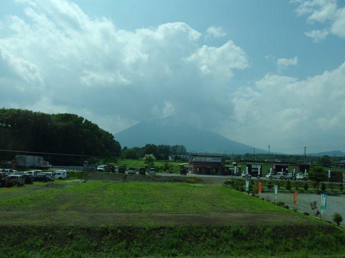 高速バスヨーデル号車窓から眺める夏の南部片富士岩手山
