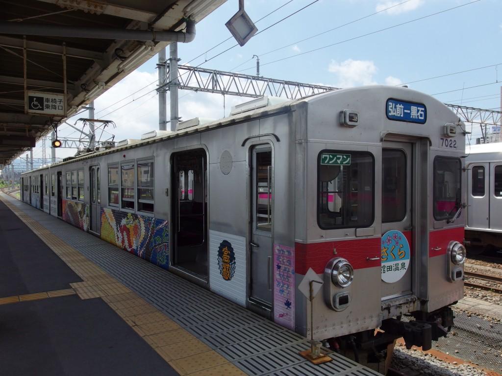 弘南鉄道弘前駅赤いラインの電車