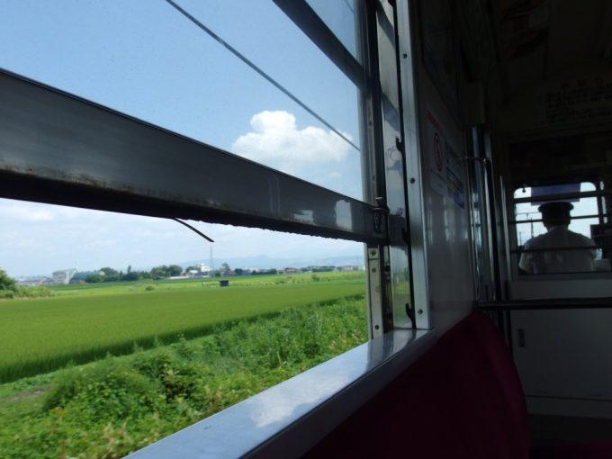 非冷房の弘南鉄道開けた窓から吹き込む風