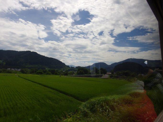 奥羽本線車窓に広がる津軽の夏景色