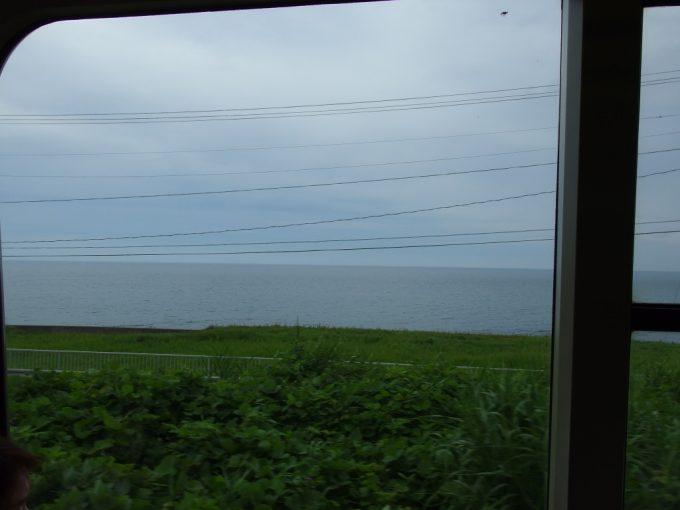 羽越本線車窓に広がる大海原