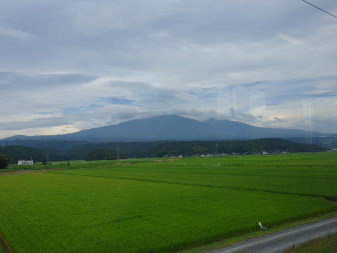 羽越本線車窓夏の田んぼと出羽富士鳥海山