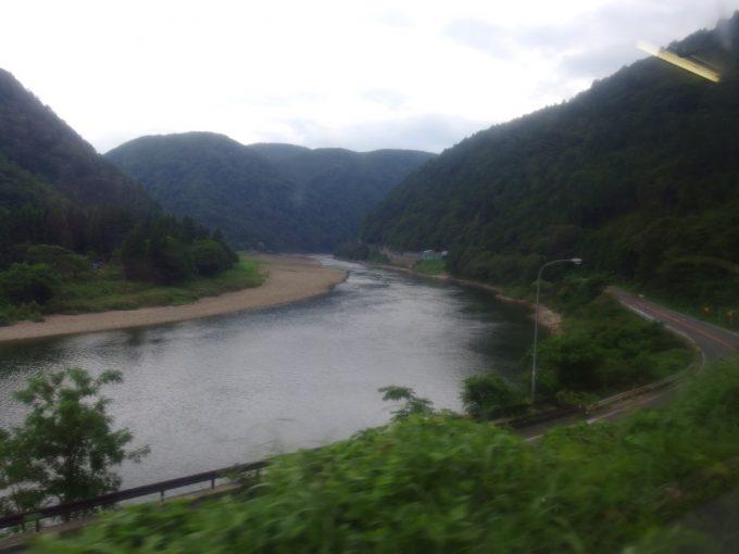 陸羽西線車窓を彩る最上川