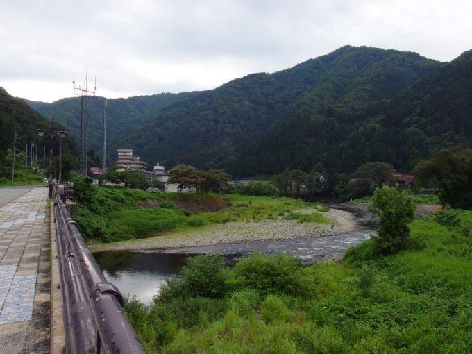 瀬見温泉を流れる清流小国川