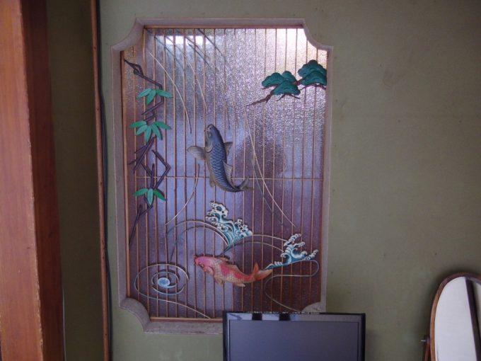 瀬見温泉喜至楼客室を彩る荘厳な鯉の滝登りの装飾