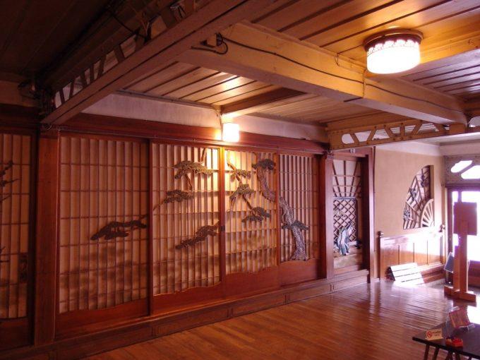 瀬見温泉喜至楼の象徴玄関ホール松の枝ぶり見事な障子