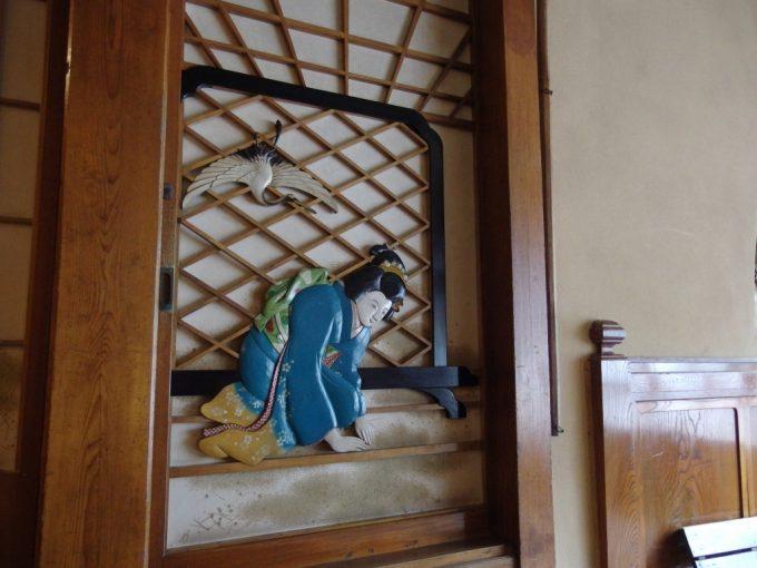 瀬見温泉喜至楼の象徴玄関ホールお見送りする女性の彫刻